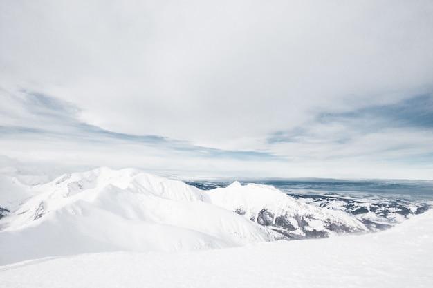 Tatras, pologne, slovaquie. tourisme de vacances en station de ski. randonnée dans un magnifique paysage.