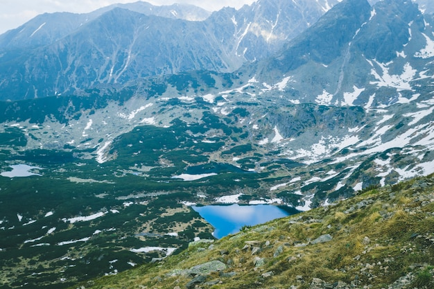 Tatras polonaises et lacs profonds et bleus sur les collines