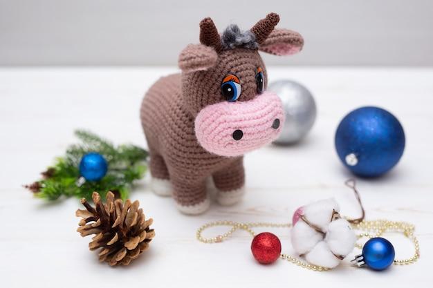 Un taureau tricoté. une peluche comme symbole de la nouvelle année.
