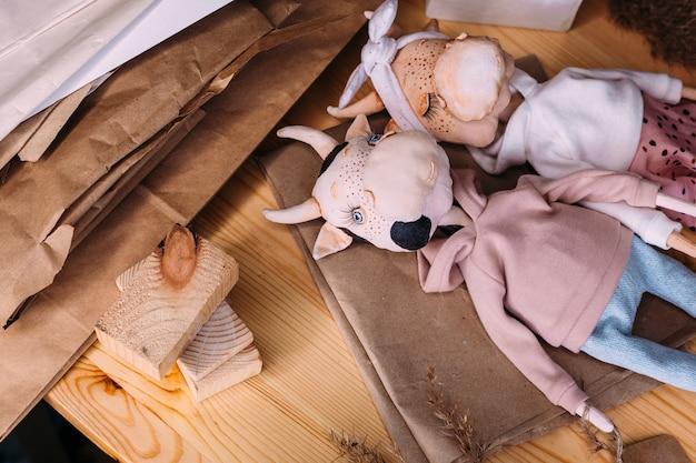Taureau et vache de poupée selfmade originaux des auteurs avec un beau visage peint