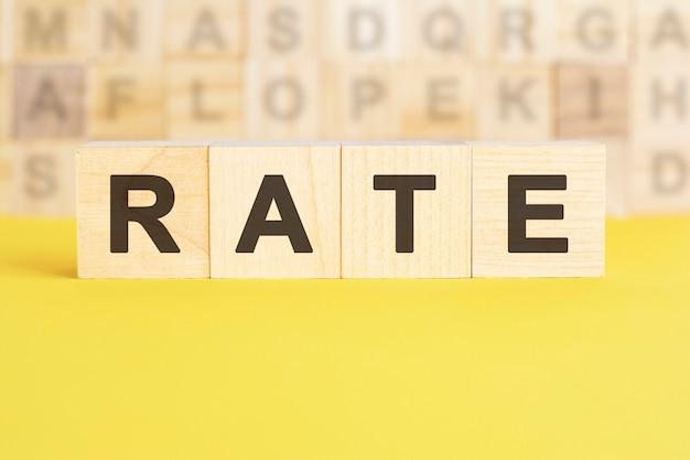 Le taux de mots est écrit sur des cubes en bois sur une surface jaune vif, concept