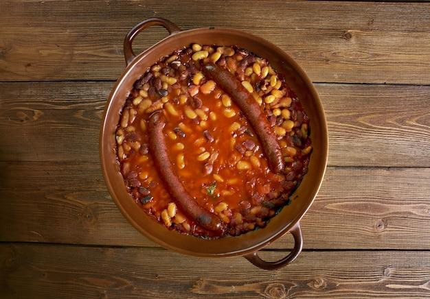 Tavche gravche plat macédonien traditionnel. fèves au lard avec saucisse