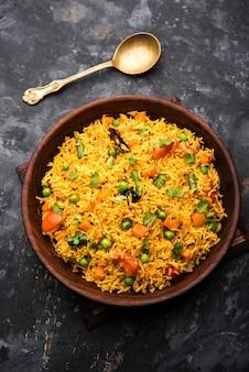 Tawa pulao ou pulav ou pilaf ou pilau est une cuisine de rue indienne à base de riz basmati, de légumes et d'épices. mise au point sélective