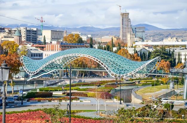 Tbilissi a un point de repère local - le pont de l'amitié.