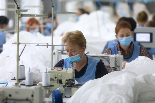Tchernigiv, ukraine - 6 octobre 2020: couture de combinaisons de protection pour les médecins et les médecins pendant la pandémie de covid-19 dans l'usine de couture tk-style à tchernigiv, ukraine