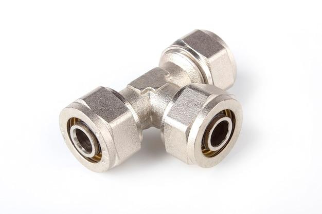 Té en laiton pour connecter des tuyaux en plastique isolé sur fond blanc