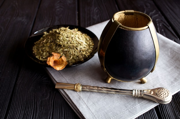 Tea mate sur le bois noir.
