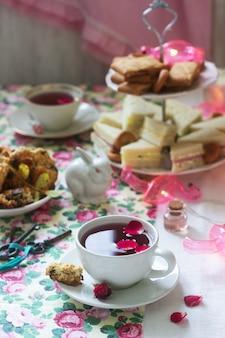 Tea party anglais traditionnel dans une décoration fabuleuse. style rustique.
