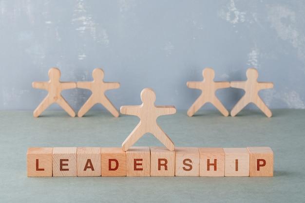 Team building et concept d'entreprise avec des blocs de bois avec des mots dessus, vue de côté de figures humaines en bois.