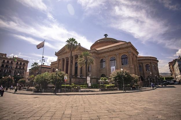 Le teatro massimo vittorio emanuele, mieux connu sous le nom de teatro massimo, de palerme est le plus grand bâtiment de théâtre d'opéra d'italie et l'un des plus grands d'europe, troisième par sa grandeur architecturale