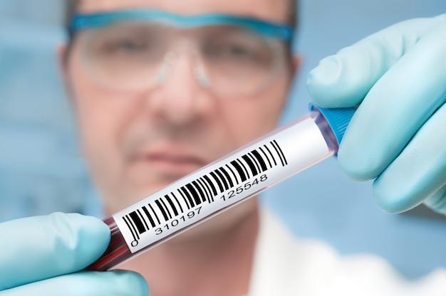 Tech avec un échantillon médical
