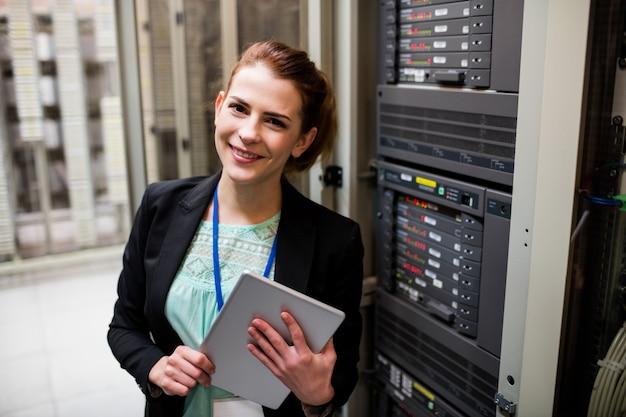 Technicien à l'aide d'une tablette numérique