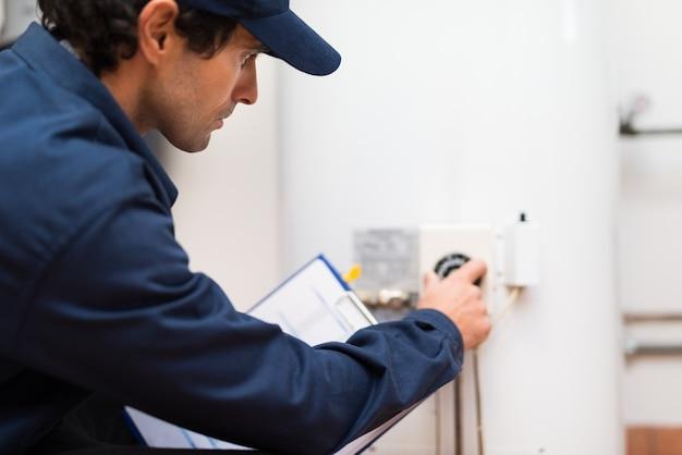 Technicien ajustant un régulateur