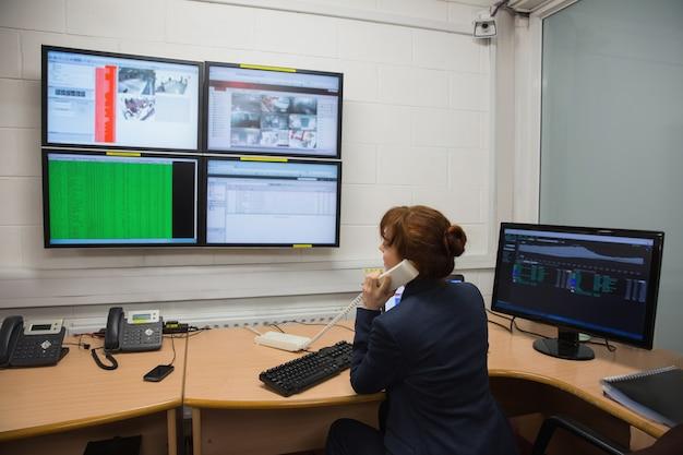 Technicien assis dans le bureau exécutant des diagnostics