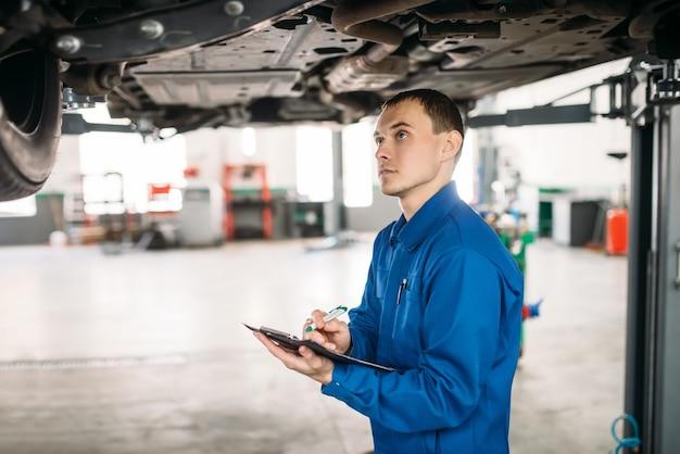 Un technicien avec un cahier remplit la liste de contrôle