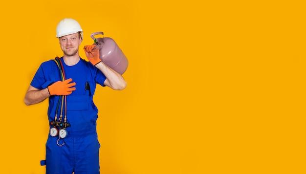 Technicien en climatisation. réparation de la climatisation et manomètres, équipement pour le remplissage des climatiseurs.