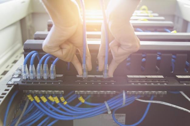 Technicien connectant le câble réseau au commutateur
