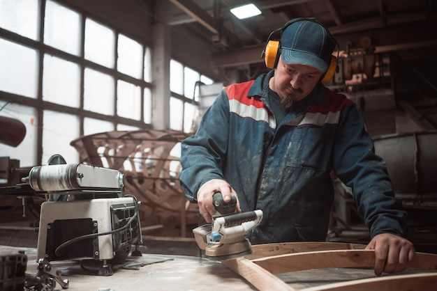 Technicien en construction de bateaux. charpenterie.