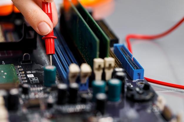 Technicien féminin avec carte mère d'ordinateur