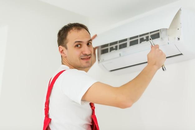 Technicien, homme, nettoyage, climatiseur, intérieur