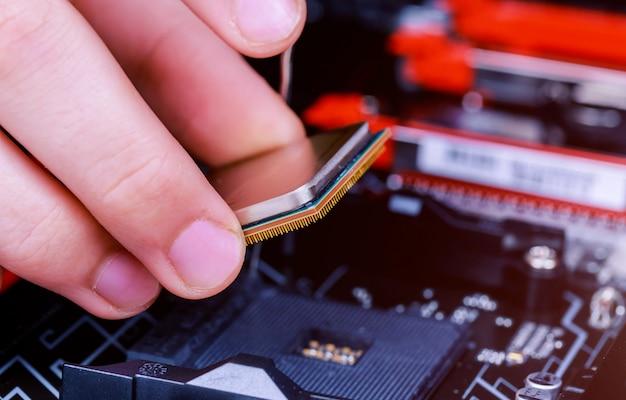 Technicien en informatique installant le processeur dans la carte mère. fermer.