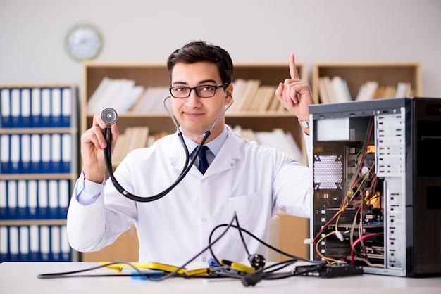 Technicien en informatique réparant un pc cassé