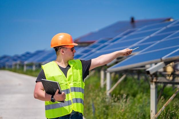 Un technicien en ingénierie effectue une enquête sur place à la nouvelle base énergétique.