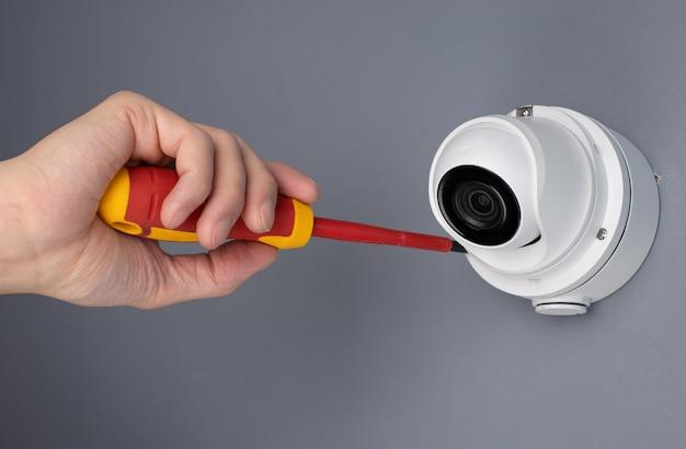 Technicien installant la sécurité vidéo de la caméra cctv