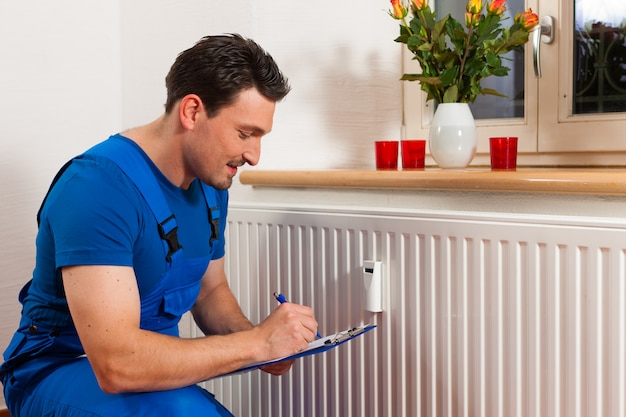 Technicien lisant le compteur de chaleur
