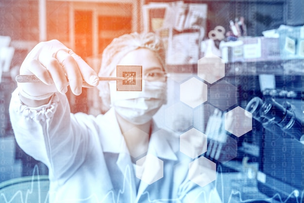 Technicien à lunettes analyse le processeur