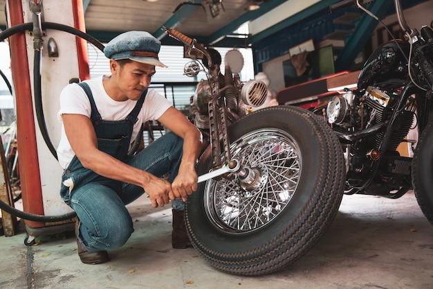 Technicien en mécanique de réparation moto à l'atelier