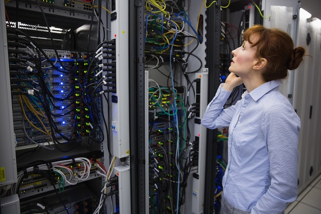 Technicien parlant au téléphone tout en analysant le serveur