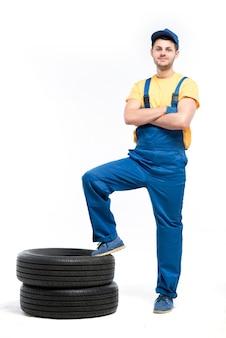 Technicien de pneus isolé sur blanc