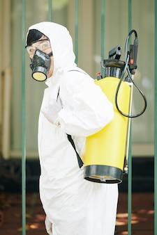 Technicien professionnel dans une combinaison de protection