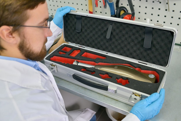 Technicien en prothèse emballage jambe prothétique
