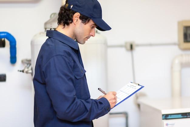 Technicien réparant un chauffe-eau