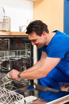 Technicien réparant le lave-vaisselle
