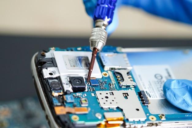 Technicien, réparation, micro, circuit, smartphone