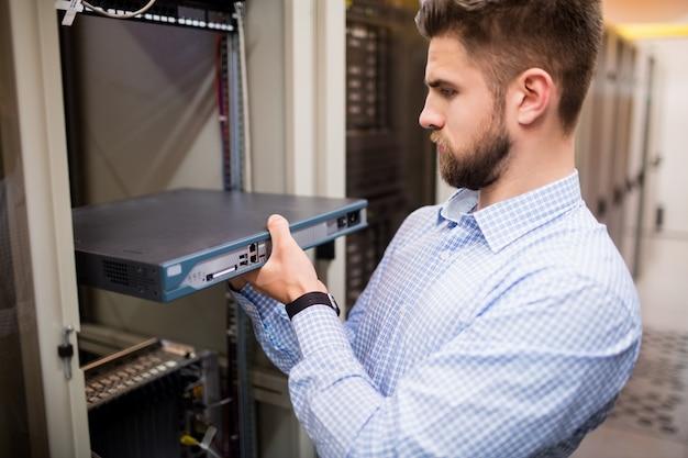 Technicien retirant le serveur du serveur monté en rack
