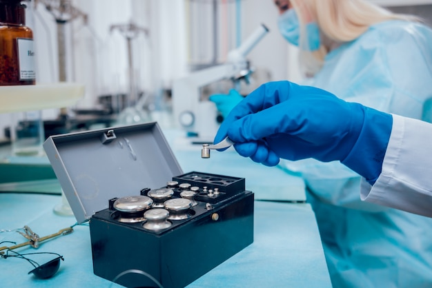 Technicien scientifique au travail au laboratoire.