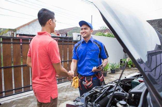 Technicien serrer la main du client