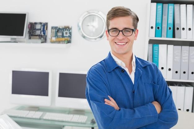 Technicien souriant en regardant la caméra