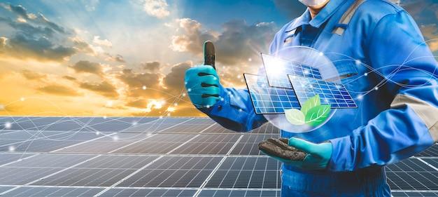 Technicien tenant une cellule solaire et une icône éco sur le système de cellules solaires