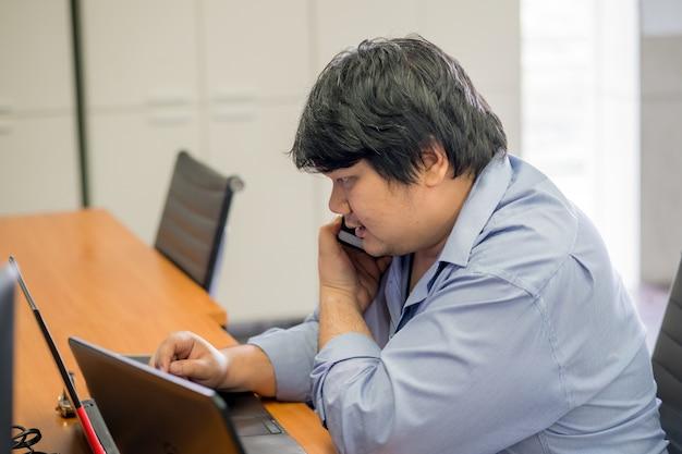 Le technicien travaille et répond aux questions du client ou au concept du partenaire