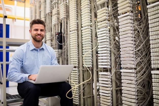 Technicien utilisant un ordinateur portable lors de l'analyse du serveur