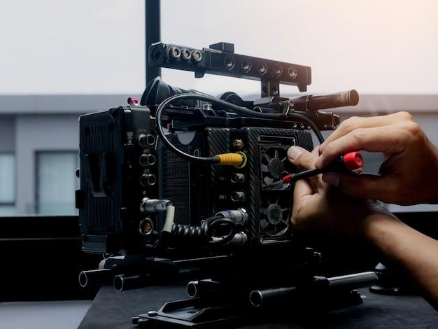 Technicien utilisant un tournevis pour changer le ventilateur de refroidissement de la caméra.