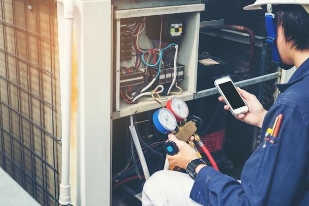 Le technicien vérifie le climatiseur