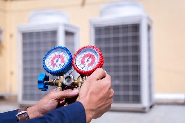 Technicien vérifie le climatiseur