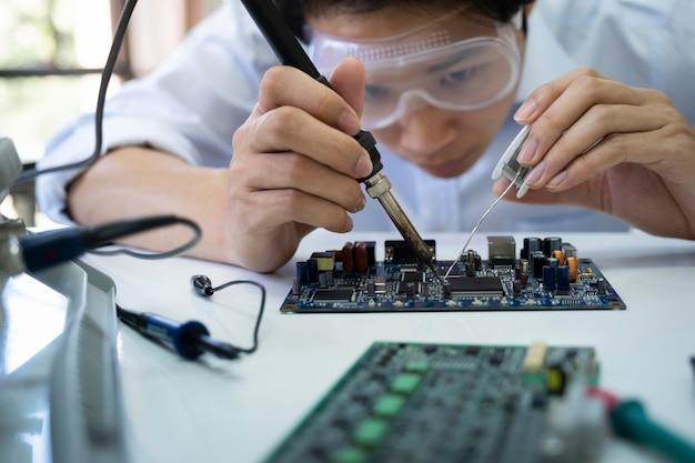 Un technicien vérifie le dispositif électronique.