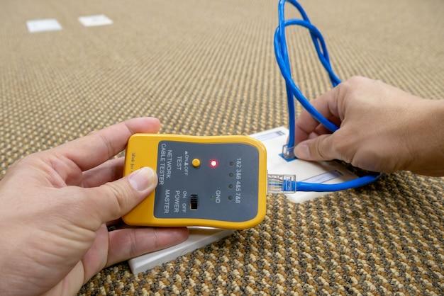 Technicien vérifie le système de réseau